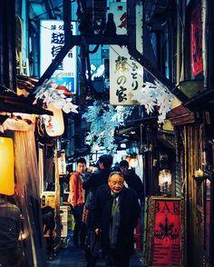 "Lokasi: Shinjuku Omoide Yokocho, Shinjuku, Tokyo . Lima menit berjalan kaki dari Stasiun Shinjuku pintu barat, ada sebuah tempat yang kerap kali dikunjungi oleh karyawan-karyawan Jepang sepulang bekerja. Tempat itu adalah ""Shinjuku Nishiguchi Omoide Yokocho"". . Tempat ini merupakan kompleks kedai di mana orang-orang dapat menikmati sake dan makanan sambil bersantai bersama teman ataupun rekan kerja. Tempat ini juga cukup populer di kalangan wisatawan karena di sini kita dapat menikmati…"