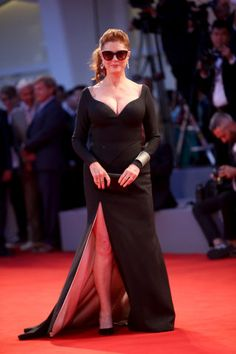 Look Susan Sarandon in the eyes on the Venice red carpet Girl Celebrities, Celebs, Susan Sarandon Hot, Beautiful Old Woman, Beautiful Film, Beautiful Ladies, Dame Helen, She's A Lady, Goldie Hawn