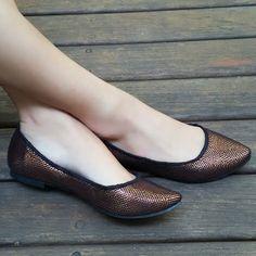 Sapatilha bronze/preto em tecido especial. Compre já: www.prigoncalves.com.br
