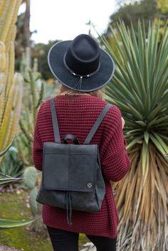 585513450bd2cb Amazing Handbag & Black hat. Stylish Handbags, Black Handbags, Handbags On  Sale,