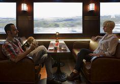 Bar com decoração de trem que dá a impressão de estar viajando.  The Passenger - Madri