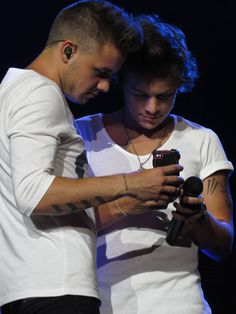 Harry Styles and Liam Payne! Nice face Harry!!!! :) Nice face to you Liam as well. These are my boys!!!!! :)