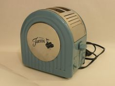 Lucky to have this in yellow. Vintage Kitchenware, Vintage Dishes, Vintage Toaster, Retro Toaster, Kitsch, Fiesta Kitchen, Retro Vintage, Vintage Items, Household Items