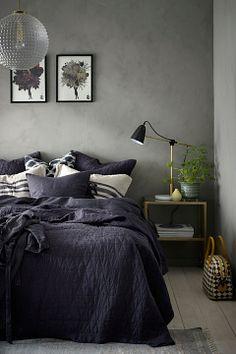 "A dark and moody modern bedroom perfect for curling up with a mystery novel.. ""Bäddtextilier | Handla Bäddtextilier på Ellos: Sida 2"""