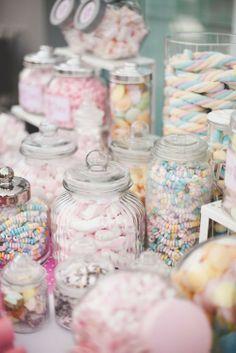 Botes de cristal llenos de chuches para Candy bar