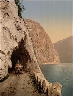Historiske bilder: Hardanger (Eidfjord, Ulvik og Granvin). Den gamle veien på vestsiden av Eidfjordvatnet. Idag går riksvei 7 i tunnel gjennom fjellet.