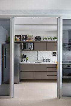Apartamento cinza, preto e branco para jovem solteiro