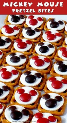 Our easy to make Mickey Mouse Pretzel Bites are yummy bites of sweet and salty goodness. Perfect for a Mickey Mouse Birthday Party or as an any time treat for that Disney fan in your life. For more g (Cool Easy Birthday) Bolo Mickey, Mickey E Minie, Mickey Cakes, Disney Snacks, Disney Food, Disney Cars, Disney Themed Food, Disney Recipes, Pastel Mickey