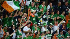 Spanien zittert sich ins Viertelfinale! Titelverteidiger Spanien hat mit einem glücklichen 1:0 Sieg gegen Kroatien als Gruppensieger das Viertelfinale erreicht. Italien schafft den Einzug gegen Irland durch einen 2:0 Erfolg. Trotzdem feierten und besangen die irischen Fans ihr Team! Respekt und ein wenig Gänsehaut!
