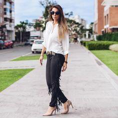 Look casual com calça suede de franjas preta e camisa branca - instagram: @decoresaltoalto
