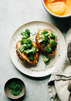 Salt-baked potatoes are stuffed cheesy roasted red pepper sauce, steamed broccoli and chives. This recipe is dairy-free, nut-free and vegan! Salted Baked Potato, Crispy Baked Potatoes, Roasted Potatoes, Broccoli Recipes, Potato Recipes, Steamed Broccoli, Dairy Free Recipes, Vegetarian Recipes, Nut Recipes