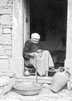 Hellenic Genealogy Geek - Family History Research Tools for Greek Genealogy: Photograph - circa - Old Woman, Didyma, . Benaki Museum, Greece Pictures, Old Greek, Photographs Of People, Ancient Greece, Vintage Pictures, Old Women, Family History, Genealogy