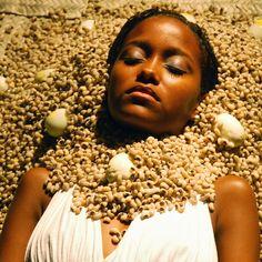 Oxum, orixá feminino dos rios, e particularmente do rio Osun em Osogbo, do ouro, deusa das riquezas materias e espirituais, dona do amor e da beleza, protege bebês e recém-nascidos. Oxum - Osun - Foto de Ayrson Heráclito - linhadasaguas.com.br