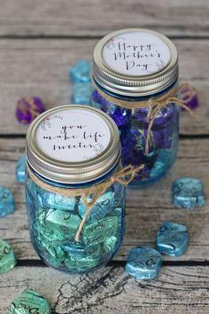 Tapas decoradas con frases con regalos de frascos de caramelos para el Día De La Madre. #RegalosCaramelos