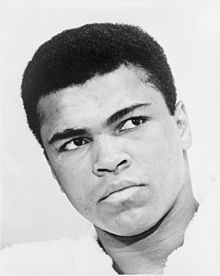 """Muhammad Ali (* 17. Januar 1942 in Louisville, Kentucky als Cassius Marcellus Clay Jr.) ist ein ehemaliger US-amerikanischer Boxer. Er gilt als einer der bedeutendsten Schwergewichtsboxer aller Zeiten und herausragender Athlet des 20. Jahrhunderts. Im Jahr 1999 wurde er vom Internationalen Olympischen Komitee zum """"Sportler des Jahrhunderts"""" gewählt.[1] Auch außerhalb des Boxrings sorgte Ali für Schlagzeilen. So lehnte er öffentlich den Vietnamkrieg ab, verweigerte den Wehrdienst und…"""