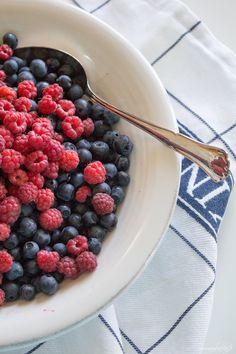 www.sommarbacka.fi Easter Brunch, Sunday Brunch, Fruit Paradise, Healthy Food, Healthy Recipes, Mothers Day Brunch, Something Blue, Smoothie, Raspberry