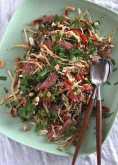 Pasta i kremet tomatsaus og en god del basilikum - Mat På Bordet Thai Beef Salad, Asian Beef, Viet Food, Asian Recipes, Ethnic Recipes, Shredded Beef, Dinner For Two, Soul Food, Food Inspiration