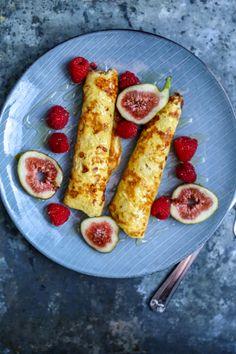 Til 1 person:        50 gram cottage cheese      1 egg + 1 eggehvite      1 ss fiberhusk eller 1 ss havregryn malt til mel      1 ts kanel      1 ts honning