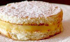 Sonho de padaria é uma delicia, agora imagina se fizéssemos em casa só que com pão de forma INGREDIENTES 1 pacote de pão de fôrma Açúcar de confeiteiro para polvilhar Recheio: 1 litro de leite 1 xícara (chá) de açúcar 4 gemas 1 xícara (chá) de farinha de trigo 1 colher (sopa) de essência de …