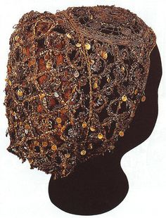Hairnet from century found in St. Martin's Church, Szombathely, Hungary - uses a number of different techniques including macrame 16th Century Clothing, 16th Century Fashion, 14th Century, Renaissance Era, Renaissance Costume, Vintage Dresses, Vintage Outfits, Vintage Fashion, Historical Costume