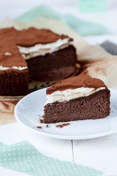 Die Torte kommt ganz ohne Zucker und ohne Mehl aus, dafür ist es voll mit tollen Zutaten wie Datteln, Bananen, Kakao, Nüssen, etc. Sie ist herrlich