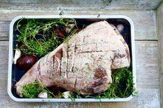 Lammekølle, langtidsstegt med hvidløg, rosmarin og rødvin – Ravfood