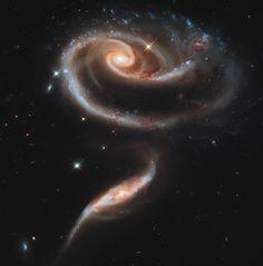 Esta imagen de un par de galaxias en interacción llamadas Arp 273 fue lanzado para celebrar el 21 aniversario del lanzamiento del telescopio espacial de la NASA / ESA Hubble. La forma distorsionada de la mayor de las dos galaxias muestra signos de interacciones de marea con el menor de los dos. Se cree que la galaxia más pequeña ha pasado realmente a través de la más grande. #hubble #galaxia #universo