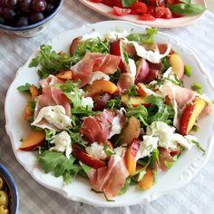 Salade met prosciutto, mozzarella, nectarine en munt