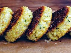 Awesome recipe for quinoa patties- a deliciously perfect on-the-go meal! I love quinoa! Best Quinoa Recipes, Healthy Recipes, Baby Recipes, Garlic Recipes, Gf Recipes, Veggie Recipes, Lunch Recipes, Delicious Recipes, Healthy Food