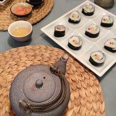 Mój debiut z SUSHI - własnoręcznie przygotowana kolacja :-) składniki: algi, ryż do sushi, ocet ryżowy, ryba maślana, ogórek, papryka, czerwony kawior, sos sojowy, różowy imbir i zielona herbata