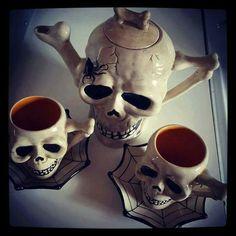 Darkladys Horror Halloween Page's photo. Skull Decor, Skull Art, Goth Home Decor, Gadgets, Gothic House, Gothic Mansion, Skull And Bones, Crane, Halloween Decorations