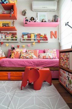 Os colchonetes dobrados e encaixados sob a cama são usados quando Nina e Ana recebem as amigas para uma farra. O aparador tem desenho com nichos sob medida para encaixar caixas de papelão (Foto: Sambacine / NaToca Design)