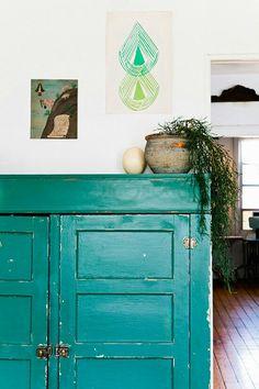 Et grønt møbel støtter dit feng shui område for Familie & Helbred. Det er i øvrigt et klassisk feng shui tip at dække for møblernes skarpe kanter med en plante – ligesom her på foto.