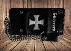 Cartera personalizada, tiene el borde trenzado, un nombre y una cruz bordada. Cadena de aluminio Pide tu cartera personalizada o haz un regalo.  -  -  -  -  -  #cartera #cuero #moto #custom #motocustom #carteradecuero #carteraconcadena #carteramotero Moto Custom, Wallet, Chain, Fashion, Saddle Bags, Chains, Gift, Store, Accessories