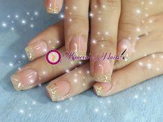 Uñas acrílicas fondo nude con un toque de glitter dorado