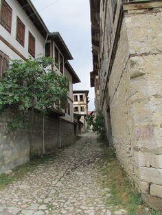 Daracık sokaklar,bitişik taş evler..Bu evlerde hangi hikayeler yaşandı acaba..