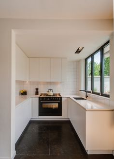 Making the most of a small space - Love the simplicity and lines #smallkitchen #whitekitchen #white Keuken Maastricht - paul bovens architectural design