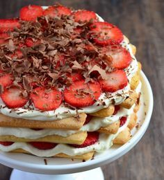 strawberry tiramisu cake with 100 strawberry's, 40 long fingers, yoghurt, mascarpone and chocolate! No Bake Desserts, Delicious Desserts, Dessert Recipes, I Love Food, Good Food, Yummy Food, Alice Delice, Lunch Snacks, Sweet Cakes