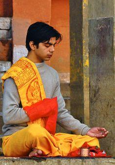 Hindu in Varanasi, India World Religions, World Cultures, Saris, Hindu Worship, Mother India, Hindu Dharma, India People, Varanasi, World Of Color