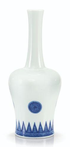 Rare vase de forme maillet en porcelaine bleu blanc, Yaoling zun, Marque et époque Kangxi (1662-1722)