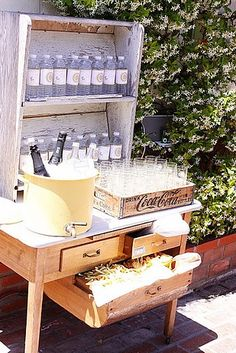 82 Cute Drink Stations That Are Ready To Party - BuzzFeed Mobile Drink Display, Bottle Display, Buffet, Vintage Garden Parties, Garden Party Decorations, Party Garden, Aisle Decorations, Garden Bar, Garden Table