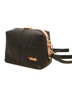Tämä laukku erottaa sinut joukosta! Hienon muotoilunsa ansiosta laukku on kauniin erikoinen ja erittäin käytännöllinen. Ryhdikkäästä laukusta on helppo löytää niin puhelin kuin puuterirasia ja laukkua on helppo kantaa olalla - BeBag.fi