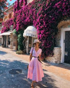Pretty pink dress with cute straw hat. Jw Fashion, Modesty Fashion, Fashion 2020, Hijab Fashion, Retro Fashion, Girly Girl Outfits, Classy Outfits, Pretty Outfits, Midi Dress Outfit