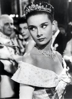 "2 September 1953 (USA) — Audrey Hepburn as 'Princess Anne' in ""Roman Holiday"" by William Wyler ? It stars Audrey Hepburn as a Royal Princess out to see Rome on her own & Gregory Peck as 'Joe Bradley, a reporter' Audrey Hepburn Outfit, Audrey Hepburn Mode, Aubrey Hepburn, Audrey Hepburn Roman Holiday, Audrey Hepburn Tattoo, Hollywood Glamour, Golden Age Of Hollywood, Classic Hollywood, Old Hollywood"