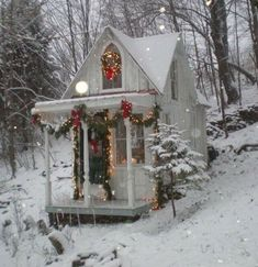 The little Christmas cabin - Click through to see all the other photos of this amazing little house Cottage Christmas, Noel Christmas, Little Christmas, Country Christmas, All Things Christmas, Winter Christmas, Christmas Houses, Christmas Greetings, Christmas Garden