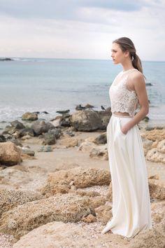 Kleid und Foto von Motil Bespoke Bridal   www.hochzeitsplaza.de/brautkleider-trends   Brautkleid zweiteilig boho Hochzeitskleid Braut atemberaubend modern