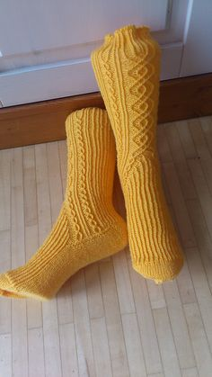 Aragorn (English) pattern by Janneke Maat Crochet Socks, Knit Mittens, Knitting Socks, Hand Knitting, Knitting Patterns, Knit Crochet, Crochet Patterns, Knit Socks, Little Cotton Rabbits