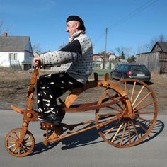 Slawomir Weremkowicz is a designer for this unique functional bicycle, He comes from Biala Podlaska, Poland. This is an amazing bike, because all these bike components made of wood