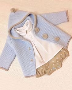 Nos enamora este conjuntito de Lovely ❤️❤️ Knitting For Kids, Baby Knitting Patterns, Baby Kids Clothes, Doll Clothes, Couture Bb, Cute Kids Fashion, Baby Cardigan, Baby Sweaters, Kind Mode