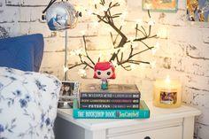Funko Pop Disney: Ariel de A Pequena Sereia na minha mesa de cabeceira em cima de livros especiais de clássicos
